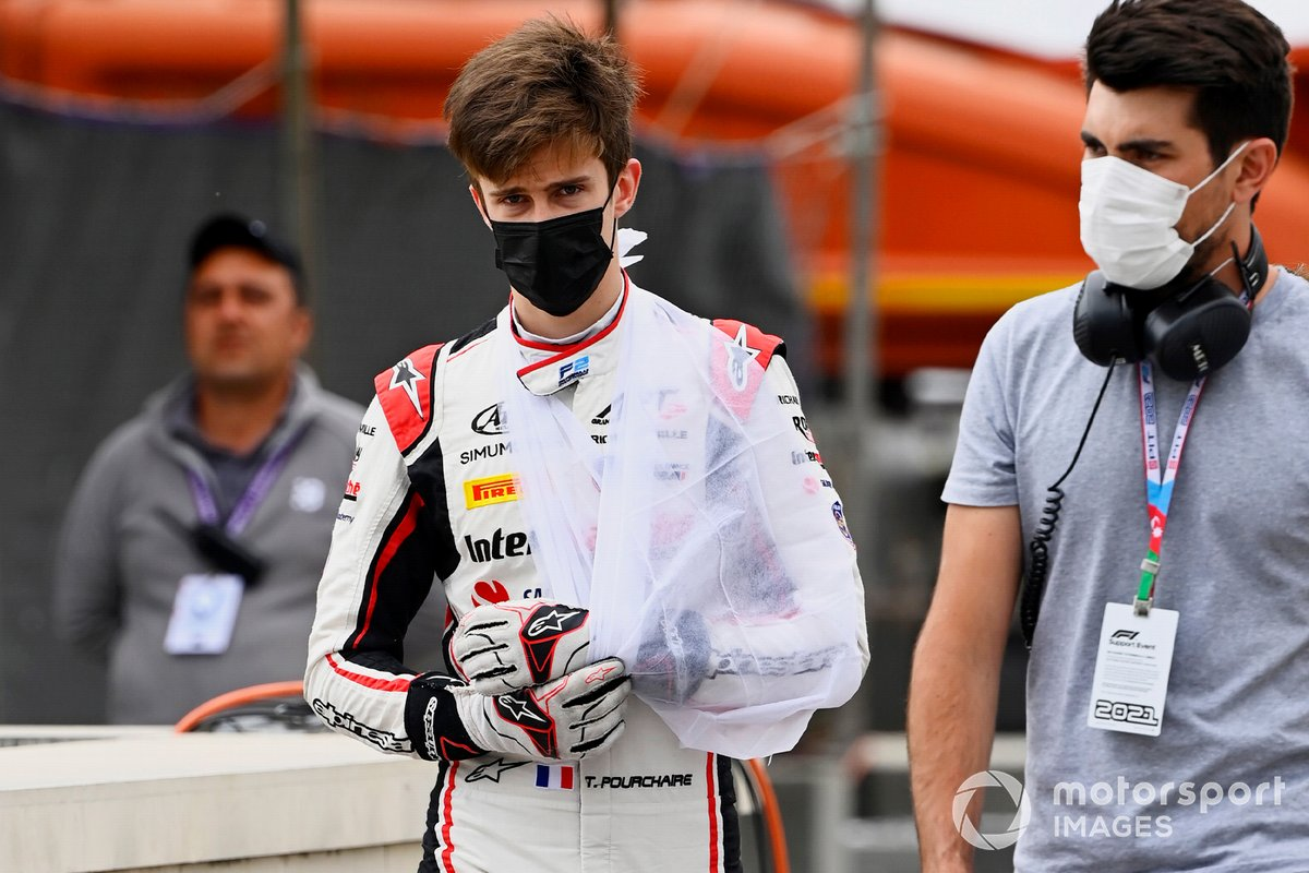 Theo Pourchaire with his arm in a sling after his Baku crash