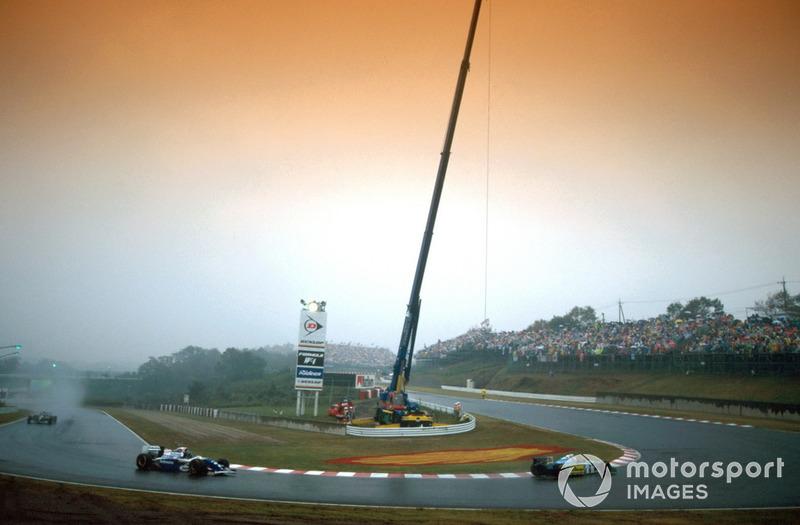 Все время до красных флагов в гонке лидировал Шумахер. К моменту остановки Гран При он довел преимущество над Хиллом до 6,8 секунды. И тут стоит вспомнить важное обстоятельство, которое напрямую повлияло на исход борьбы – спортивные правила в случае красных флагов тогда были другими