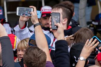#8 Toyota Gazoo Racing Toyota TS050: Fernando Alonso avec les fans