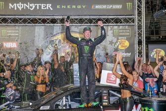 Race winner Kurt Busch, Stewart-Haas Racing, Ford Fusion Monster Energy / Haas Automation