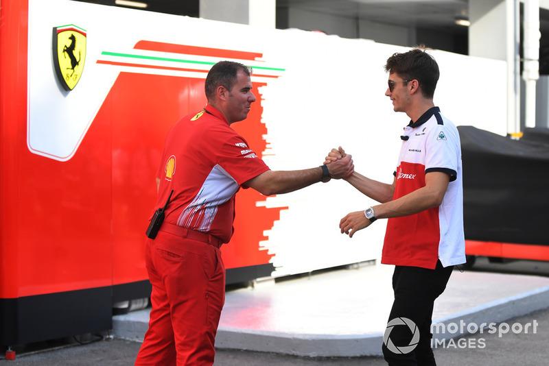 Charles Leclerc, Alfa Romeo Sauber F1 Team y un miembro de Ferrari