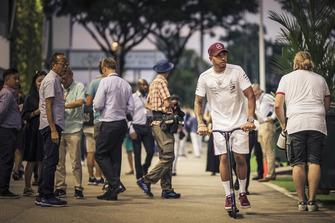 Lewis Hamilton, Mercedes AMG F1 sur une trottinette dans le paddock