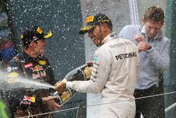 Переможець гонки Льюїс Хемілтон, Mercedes AMG F1 святкує на подіумі