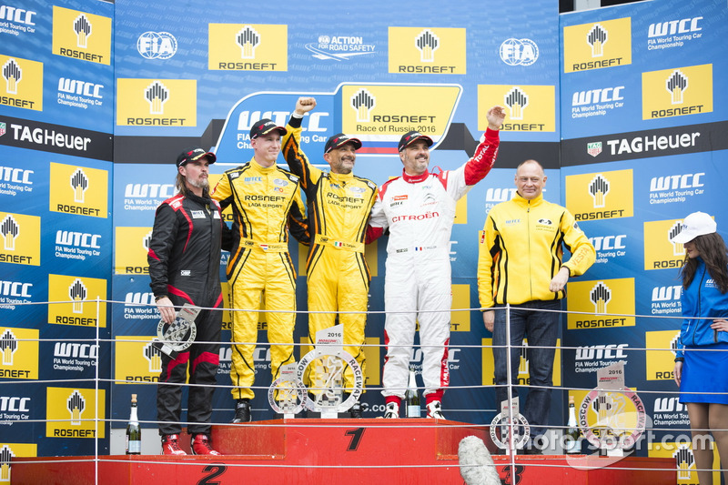 Podium: Sieger Gabriele Tarquini, LADA Sport Rosneft, Lada Vesta; 2. Nicky Catsburg, LADA Sport Rosneft, Lada Vesta; 3. Yvan Muller, Citroën World Touring Car Team, Citroën C-Elysée WTCC; James Thompson, All-Inkl Motorsport, Chevrolet RML Cruze TC1; Viktor Shapovalov, Team manager Lada Sport Rosneft