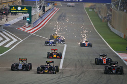 Start actie: Sergio Perez, Sahara Force India F1 VJM09, Carlos Sainz Jr., Scuderia Toro Rosso STR11 en Stoffel Vandoorne, McLaren MP4-31