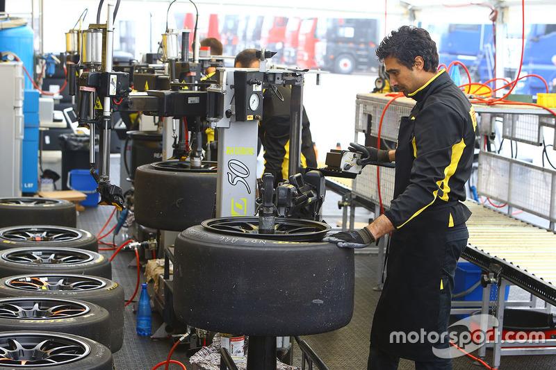 Tecnici Pirelli a lavoro