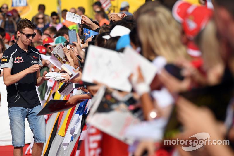 Daniil Kvyat, Scuderia Toro Rosso signing autographs