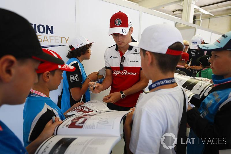 Charles Leclerc, Sauber, signe un autographe pour des jeunes fans
