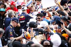 Max Verstappen, Red Bull, deelt handtekeningen uit