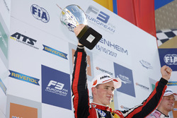 Podium: segundo, Joel Eriksson, Motopark Dallara F317 - Volkswagen