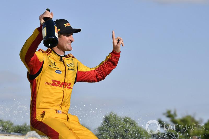 Ryan Hunter-Reay, Andretti Autosport Honda celebrates the win by getting in the Scott Fountain