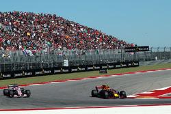 Max Verstappen, Red Bull Racing RB13 ed Esteban Ocon, Sahara Force India VJM10 lottano per la posizione