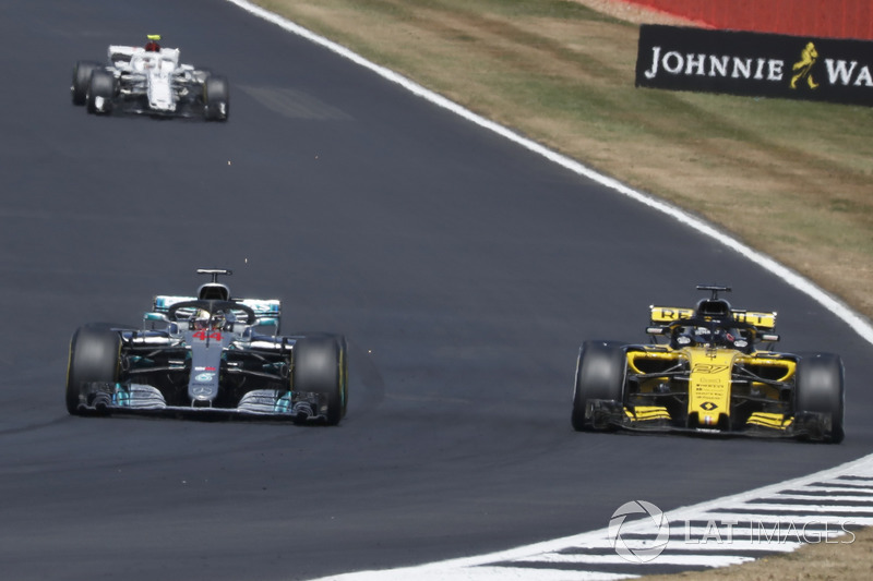 Lewis Hamilton, Mercedes-AMG F1 W09 supera Carlos Sainz Jr., Renault Sport F1 Team R.S. 18