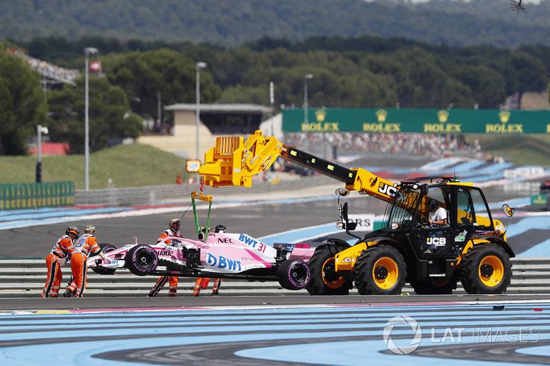 Эвакуация с трассы разбитого автомобиля VJM11 Эстебана Окона, Sahara Force India F1