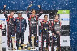 Podium: winnaars Thierry Neuville, Nicolas Gilsoul, Hyundai Motorsport, derde plaats Andreas Mikkelsen, Anders Jäger, Hyundai Motorsport