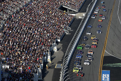 Race action, Martin Truex Jr., Furniture Row Racing Toyota Camry leads