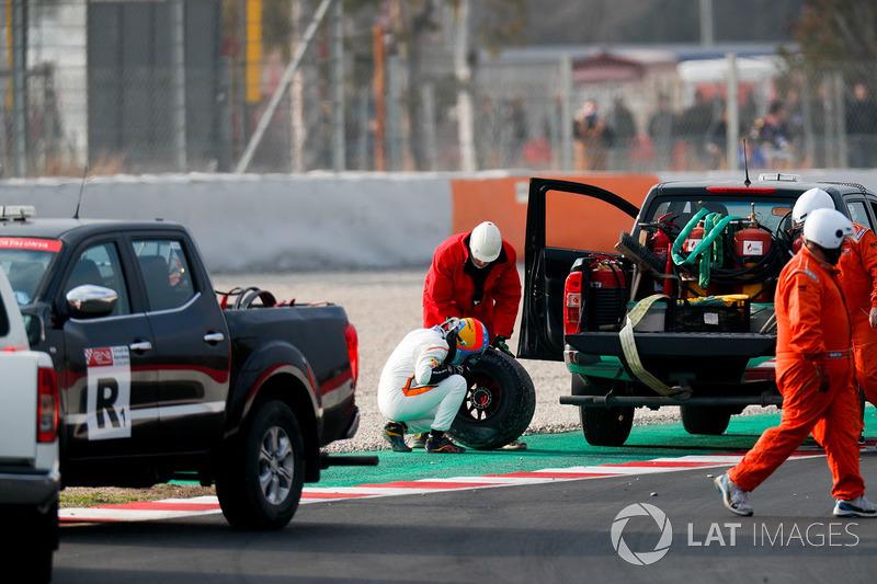 Fernando Alonso, McLaren MCL33, arka tekerleğini inceliyor
