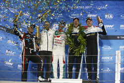 Podio: il campione del mondo Thed Björk, Polestar Cyan Racing, Volvo S60 Polestar TC1, il vincitore