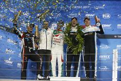 Podium: Wereldkampioen Thed Björk, Polestar Cyan Racing, Volvo S60 Polestar TC1, racewinnaar Esteban