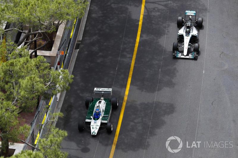 Keke Rosberg precede il figlio Nico Rosberg mentre fanno un giro del circuito al volante delle loro monoposto iridate