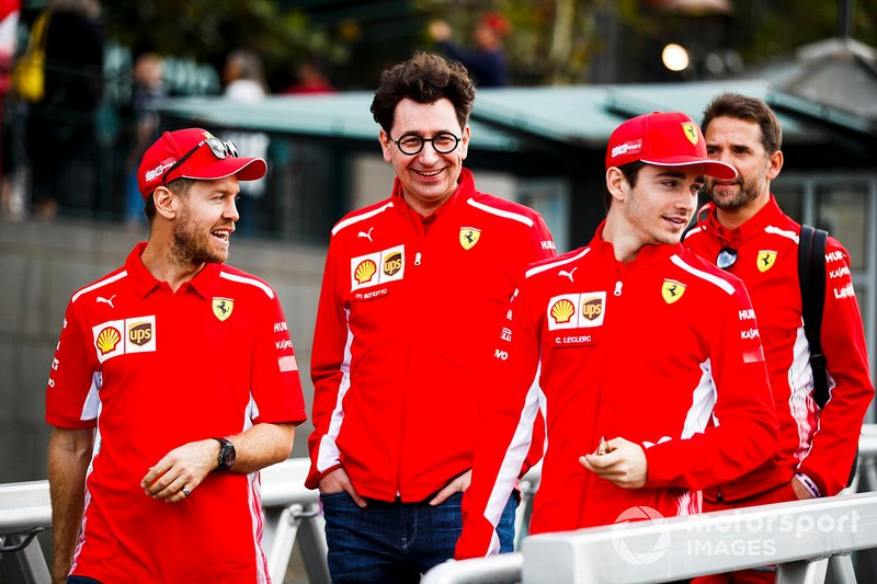 Sebastian Vettel, Mattia Binotto director de Ferrari y Charles Leclerc, camino al evento con los fans en la Federation Square