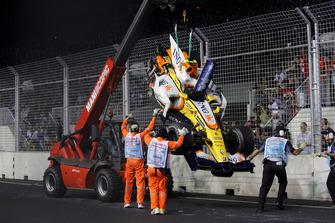 Nelson Piquet Jr., Renault F1 Team R28 choca con el muro