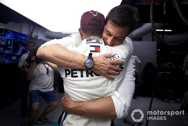 Wolff felicita a Hamilton por la vuelta de la pole