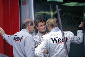 David Coulthard talks with Adrian Newey and Mika Hakkinen in the McLaren pits
