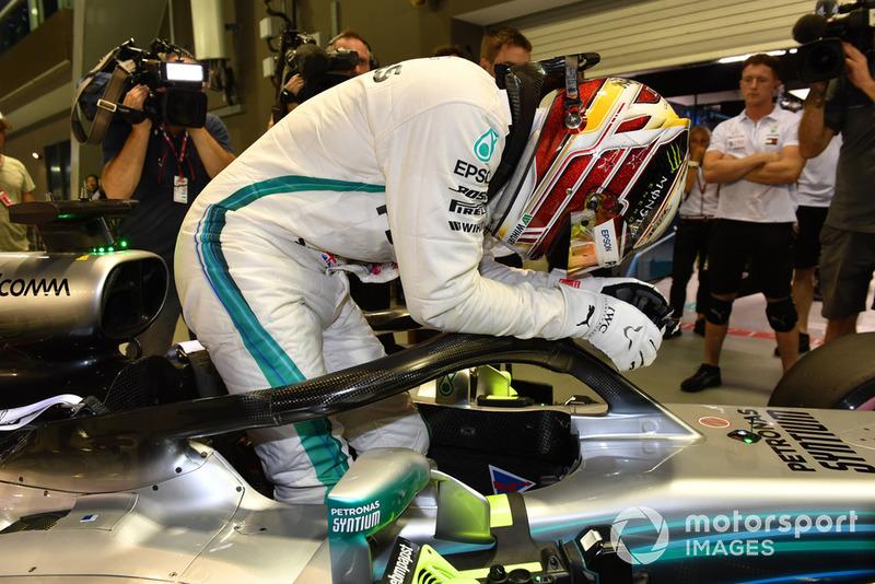 Il poleman Lewis Hamilton, Mercedes-AMG F1 W09, festeggia nel parco chiuso