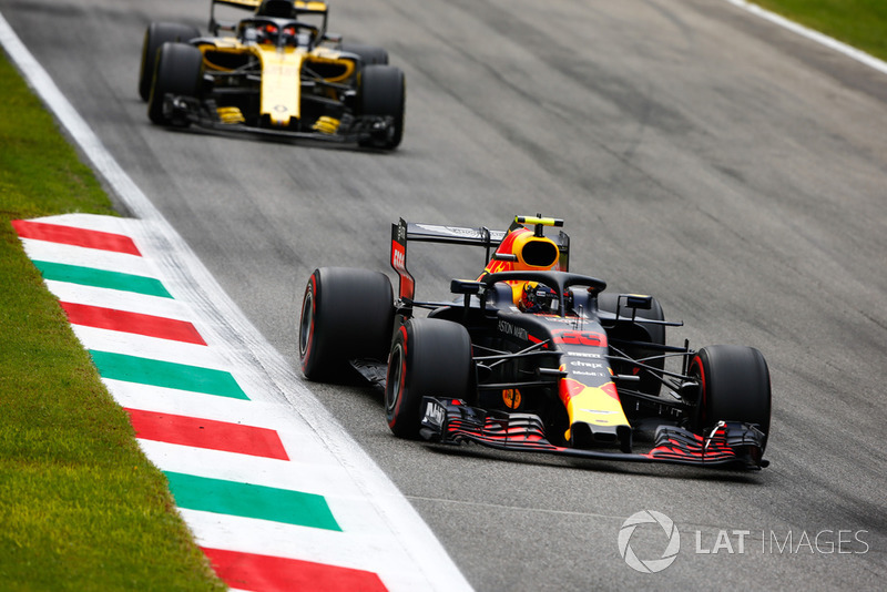 Max Verstappen, Red Bull Racing RB14, Carlos Sainz Jr., Renault Sport F1 Team RS 18