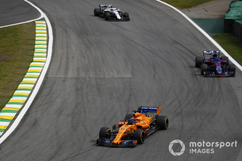 Fernando Alonso, McLaren MCL33, precede Brendon Hartley, Toro Rosso STR13, e Charles Leclerc, Sauber C37