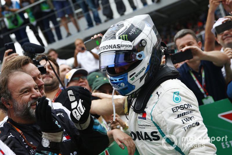 Valtteri Bottas, Mercedes AMG F1 W09 EQ Power+ dans le Parc Fermé avec ses mécaniciens