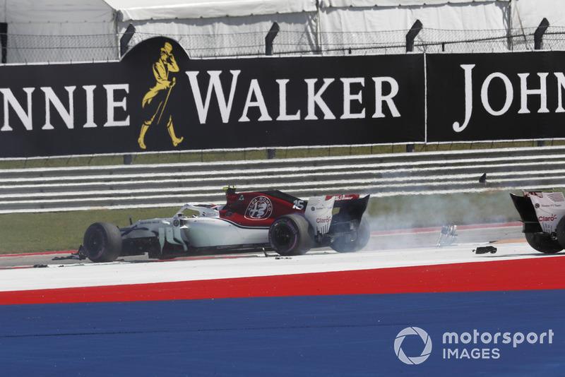 Charles Leclerc, Sauber C37 e Marcus Ericsson, Sauber C37, dopo l'incidente al primo giro