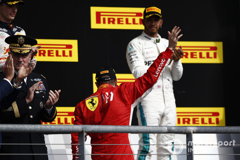 Pemenang balapan, Kimi Raikkonen, Ferrari, dan Lewis Hamilton, Mercedes AMG F1