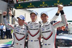 Racewinnaars Timo Bernhard, Earl Bamber, Brendon Hartley, Porsche Team