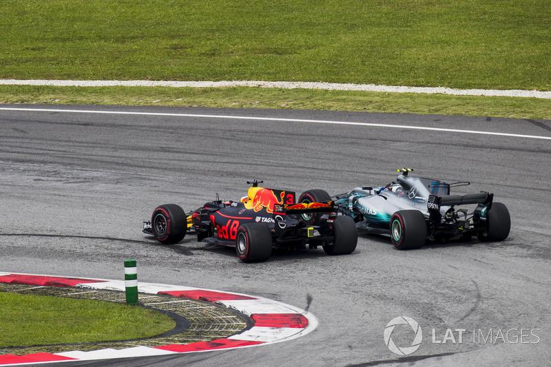 Daniel Ricciardo, Red Bull Racing RB13, passes Valtteri Bottas, Mercedes AMG F1 W08
