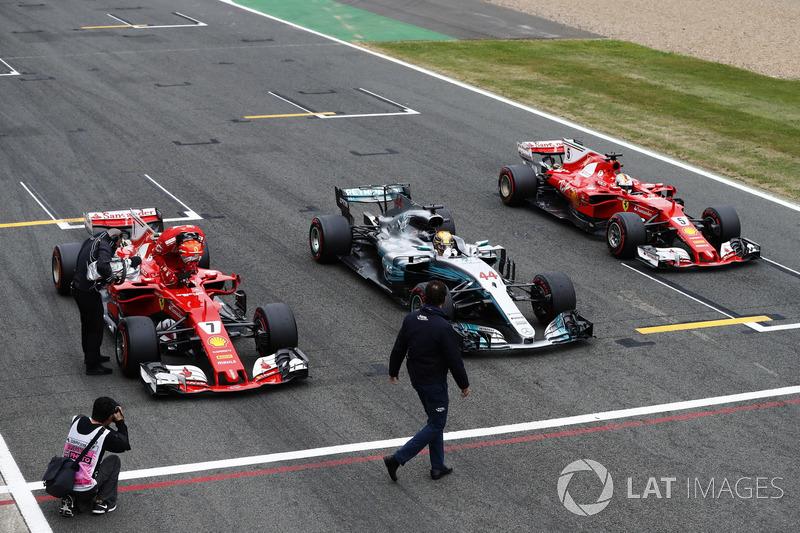 Los tres primeros lugares de la calificación alineados en la recta principal en la meta. Ganador de la pole Lewis Hamilton, Mercedes AMG F1, Kimi Raikkonen, Ferrari y Sebastian Vettel, Ferrari
