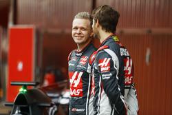 Kevin Magnussen, Haas F1 Team, talks to Romain Grosjean, Haas F1 Team