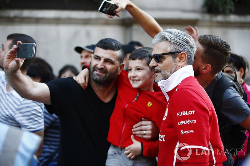 Фанати Ferrari роблять фото з Мауріціо Аррівабене