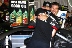 1. Martin Truex Jr., Furniture Row Racing Toyota, mit Crewchief Cole Pearn