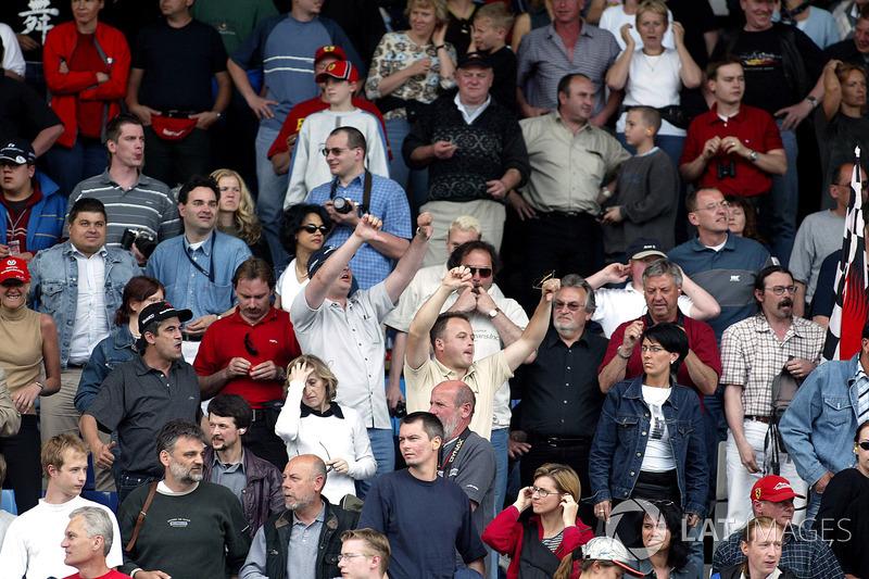 Fans reagieren auf die Ferrari-Stallorder beim GP Österreich 2002 in Spielberg