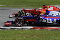 Pierre Gasly, Scuderia Toro Rosso STR12 in lotta con Sebastian Vettel, Ferrari SF70H
