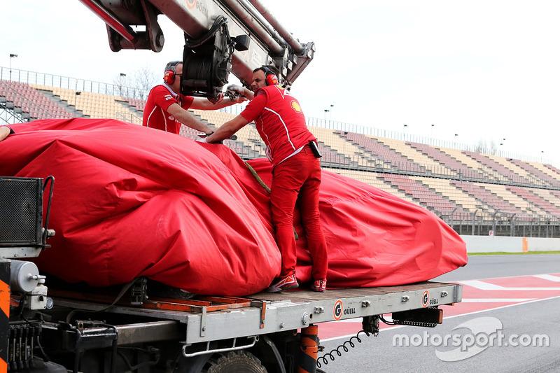El Ferrari SF70H de Kimi Raikkonen, es llevado de vuelta al pitlane en una grúa