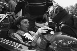 Derek Bell, Surtees TS7-Ford; John Surtees, Teamchef