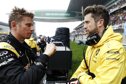 Nico Hulkenberg, Renault Sport F1 Team, talks with his engineer on the grid