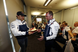 Гонщик Williams Фелипе Масса презентует праздничный торт в честь дня рождения Падди Лоу