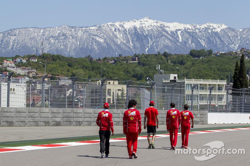 Sebastian Vettel, Ferrari, Antonio Giovinazzi, pembalap ketiga Ferrari, dan Edoardo Brosco berjalan di trek