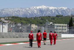 Ознакомление с трассой: пилот Ferrari Себастьян Феттель, пилот по развитию Ferrari Антонио Джовинацци и Эдоардо Броско