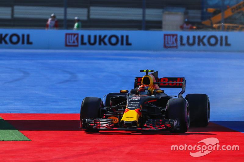 Max Verstappen, Red Bull Racing RB13 runs wide