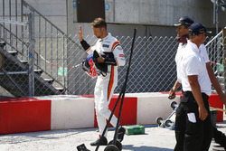 Temporada 2017 F1-monaco-gp-2017-jenson-button-mclaren-walks-back-to-the-pits-after-retiring-from-the-rac